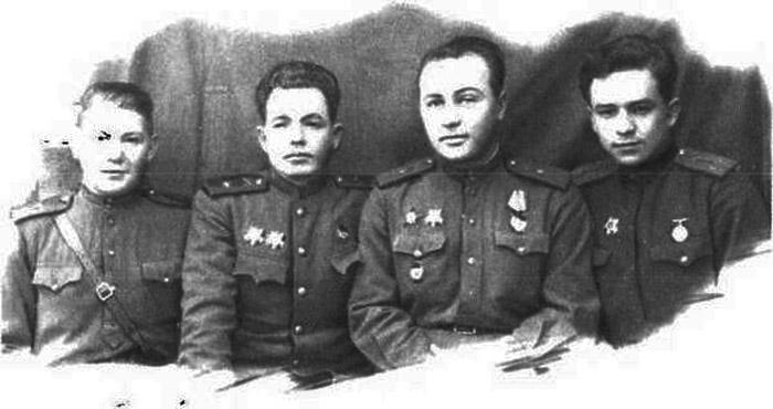 Конон Молодый (справа) с фронтовыми друзьями