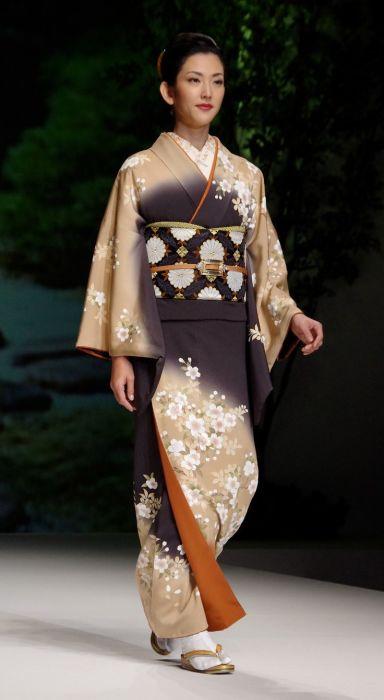 Первые кимоно датируют пятым веком нашей эры, сначала они были больше похожи на национальную китайскую одежду