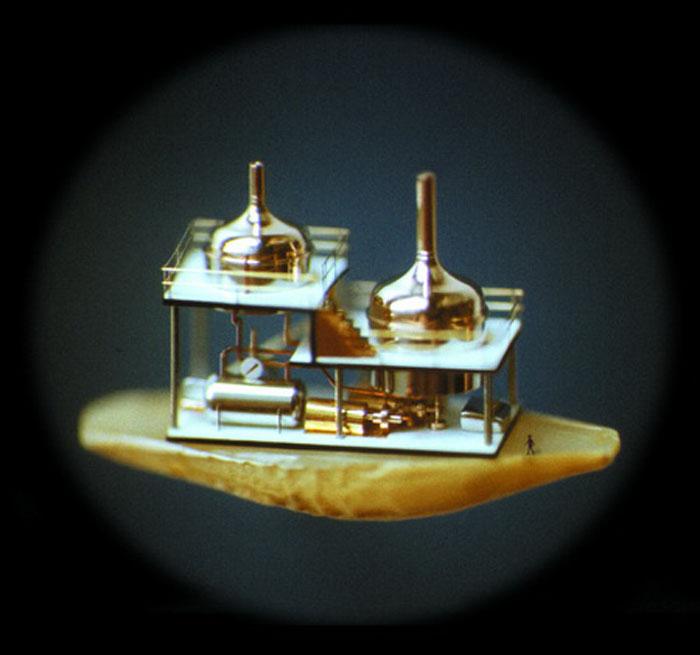 «Метафизика». Макет пивного завода, изготовленный из золота и платины. Состоит из 137 частей. Размещен на половинке зернышка ячменя. М. Сядристый