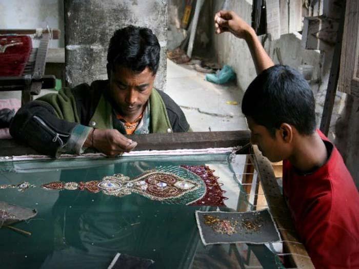 Современные вышивальщики работают точно так же, как и столетия назад