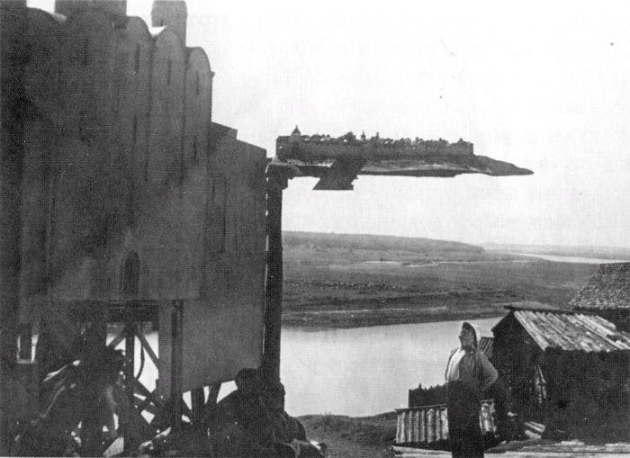 Так в кино создавались панорамы несуществующих городов в доцифровую эпоху (на съемках фильма «Александр Невский», 1938 год)