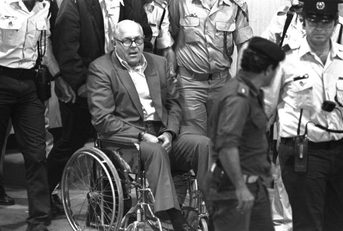 Демьянюка увозят из зала суда в камеру, 1988 год