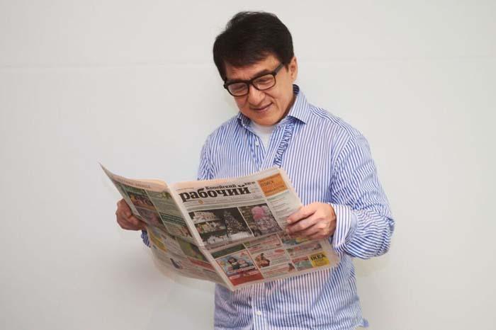 Джеки Чан с фотографией любимой газеты вызвал, по рассказу главного редактора, особенно бурную реакцию у читателей «Копейского рабочего»