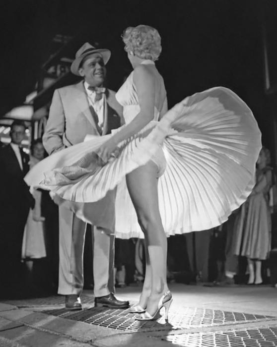 Мэрилин Монро и Том Юэлл на съемках знаменитого кадра