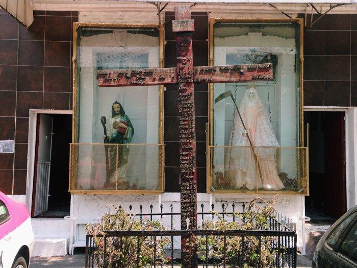 Для поклонников Святой Смерти этот культ мирно уживается с христианскими ценностями