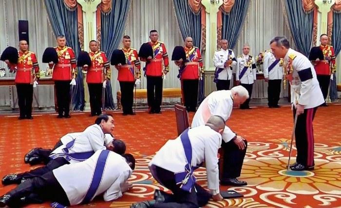 По протоколу даже премьер-министр может только вползать на аудиенцию к королю Таиланда
