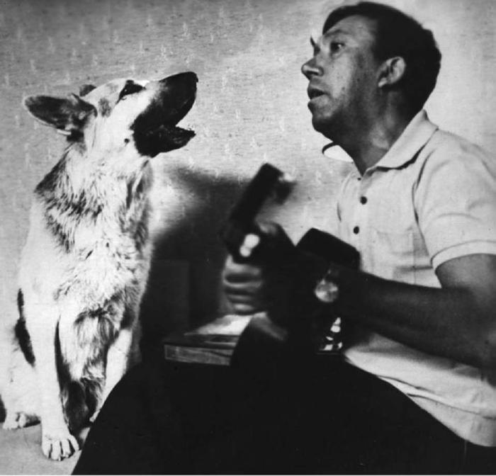 Овчарка по кличке Дейк, сыгравшая главную роль в фильме «Ко мне, Мухтар!» в гостях у Юрия Никулина, 1964 год