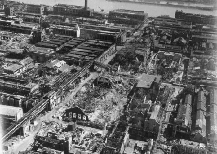 Немецкий завод после бомбежки