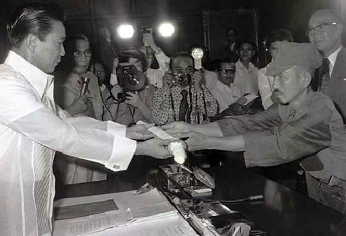 Онода вручает свой меч Президенту Филиппин Фердинанду Маркосу