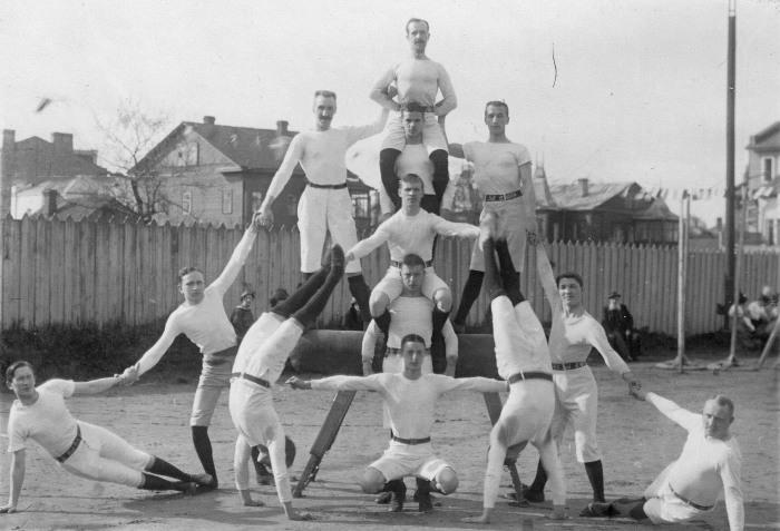 Члены гимнастического общества «Пальма» выполняют пирамиду, 1910 год