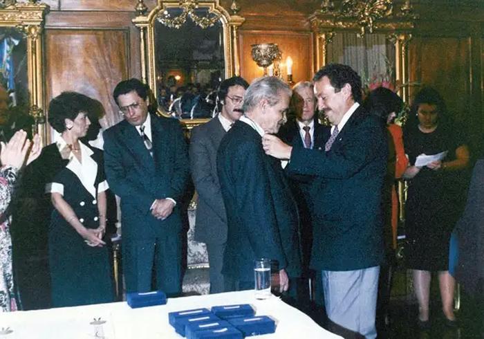 Президент Гватемалы Винисио Сересо вручает Юрию Кнорозову Большую Золотую Медаль Президента