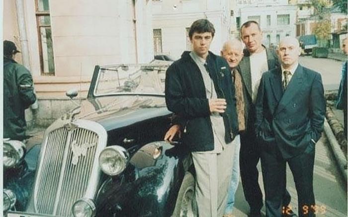 Сергей Бодров и Дмитрий Сухоруков возле ретро-автомобиля