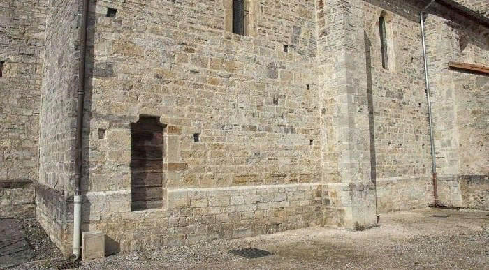 Следы небольших боковых дверей во многих храмах – память о каготах