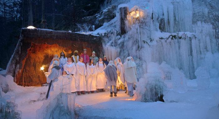 Живой вертеп в ледяных декорациях ущелья Млачца (Словения)
