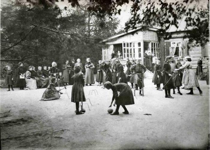 Игра в крокет во время перемены во французской школе, Москва, 1910 год