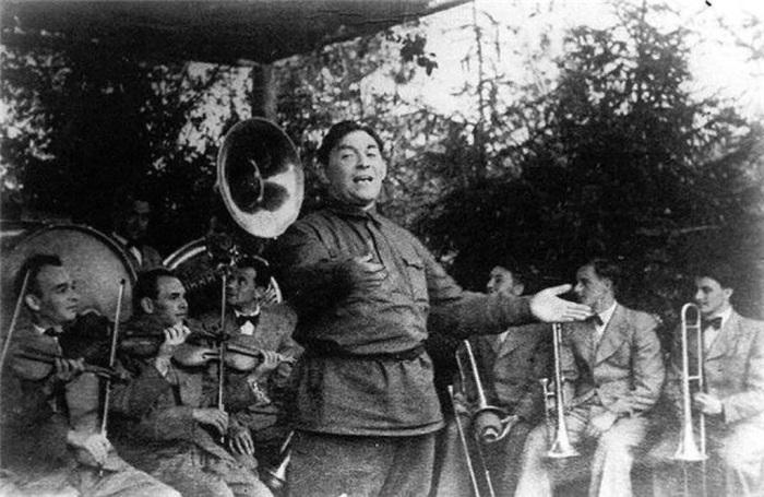 Леонид Утёсов вместе со своим оркестром дает концерт на фронте