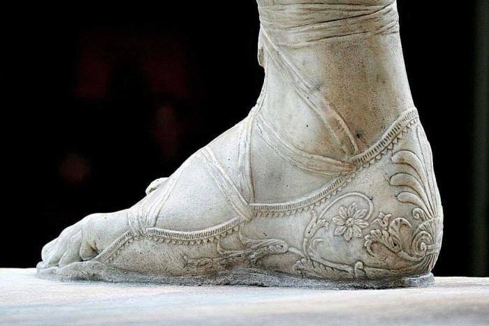 Образец изящной обуви на древнеримской статуе