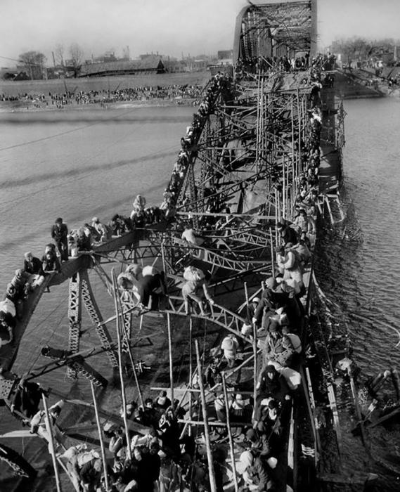 Снимок Макса Десфора «Бегство мирных жителей по взорванному мосту в Корее», премия 1951 года