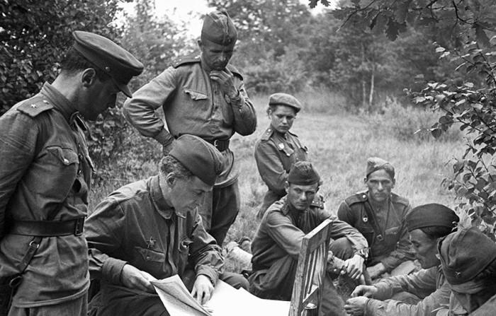 Илья Эренбург (в центре) на фронте в годы Великой Отечественной войны.