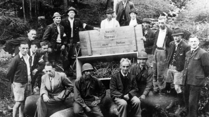 Групповое фото после вывоза бомб, упакованных в деревянные ящики, с соляного рудника Альтаусзее, май 1945 г.