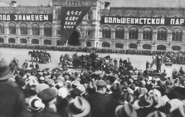 Во время торжественного парада на Красной Площади произошло столкновение, конная артиллерия, галопировавшая на бешеной скорости, врезалась в другую конницу. Лозунг на китайском гласит «Да здравствуют Советская Республика.»