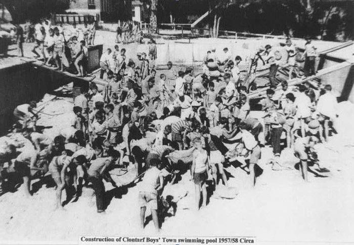 Дети строят бассейн, 1957-1958 годы