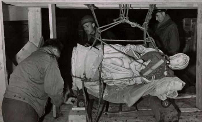 Мадонну Брюгге Микеланджело вывозят из соляных шахт Альтаусзее, 1945 год