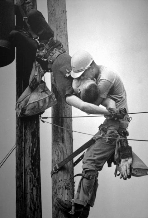 """Фотография Рокко Морабито """"Поцелуй жизни"""", Пулитцеровская премия 1968 года"""