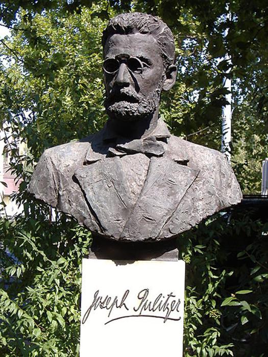Памятник Джозефу Пулитцеру, установленный на его родине в Венгрии