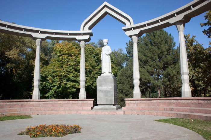 Памятник героине Киргизии, установленный в Бишкеке