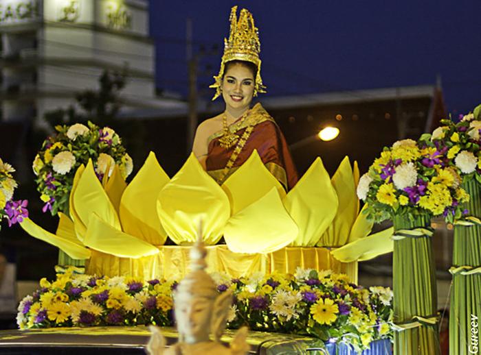 Название праздника составлено из двух самых значимых для фестиваля слов: «Лой» - плыть и «Кратхонг» - та самая небольшая лодочка, которую пускают по воде
