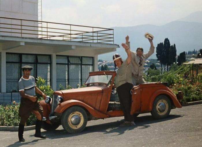 Роль красного автомобиля в «Кавказской пленнице» «исполнила» личная машина Юрия Никулина – немецкий «Adler Trumpf» 40-х годов выпуска
