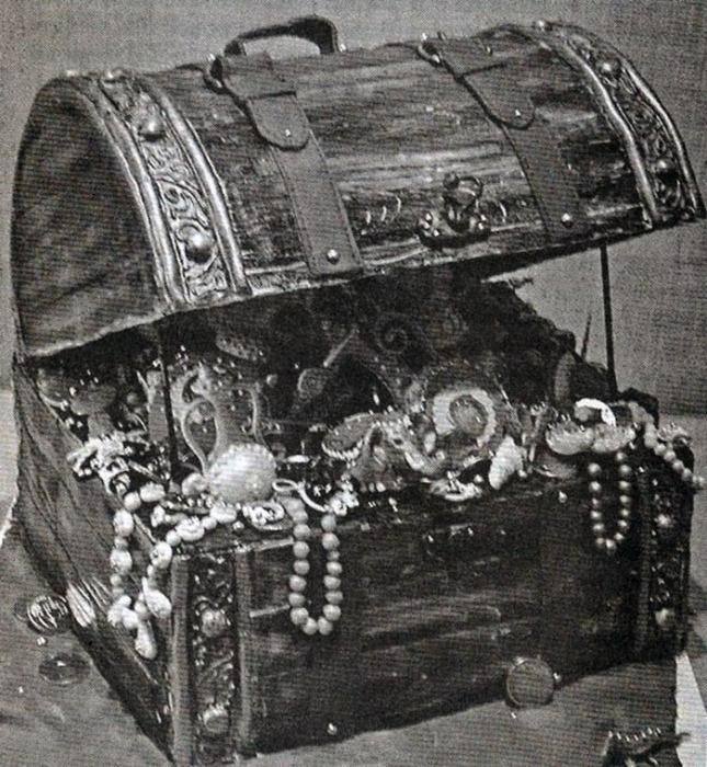 Ручной сундучок с «мелочью», который вернули княгине Е.П. Мещерской после реквизирования золотых вещей, как «не представляющий валютной ценности»
