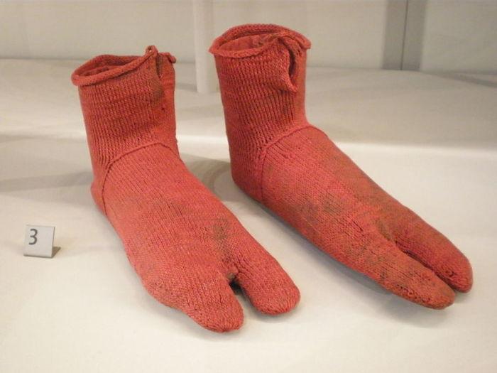 Вязаные носки 300—499 годов, найденные в Египте в конце XIX века.