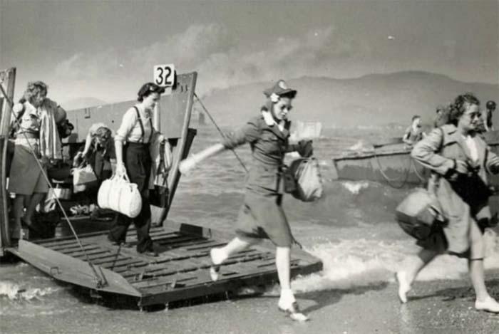 Медсестры союзников выглядят явно неподходящим образом для высадки в театре военных действий