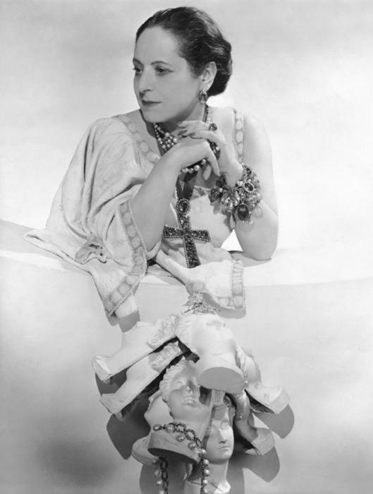 Елена Рубинштейн всегда любила крупные камни, при этом она умудрялась сочетать натуральные драгоценности с бижутерией
