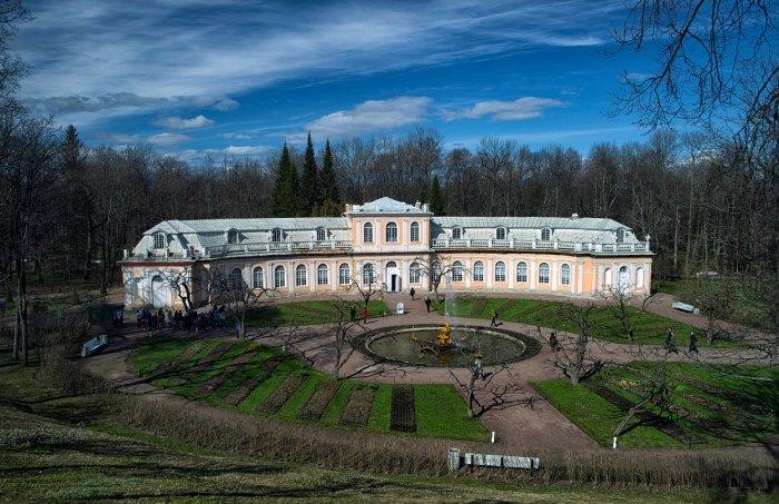 В этой части Петергофа, вокруг фонтана «Тритон», в старину располагались грядки с овощами. Рядом находится здание старинной оранжереи.