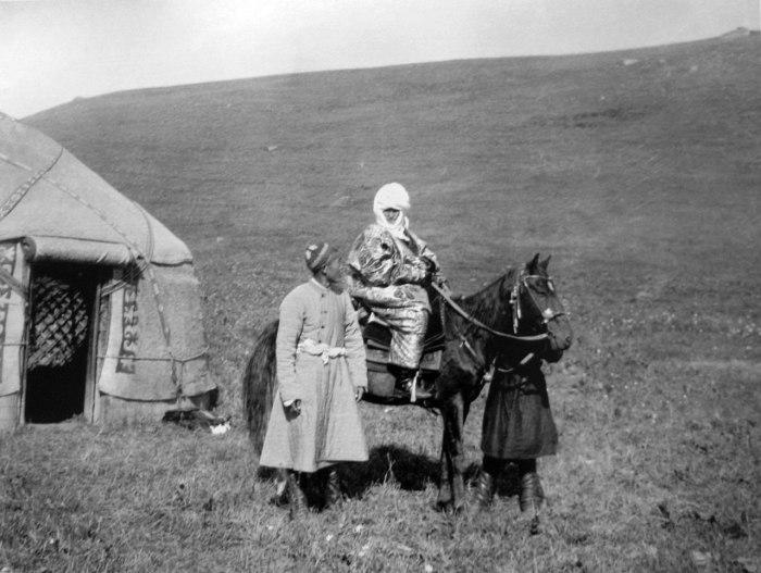 Курманджан-датка на лошади. Рядом стоит один из её внуков. Фото Густава Маннергейма