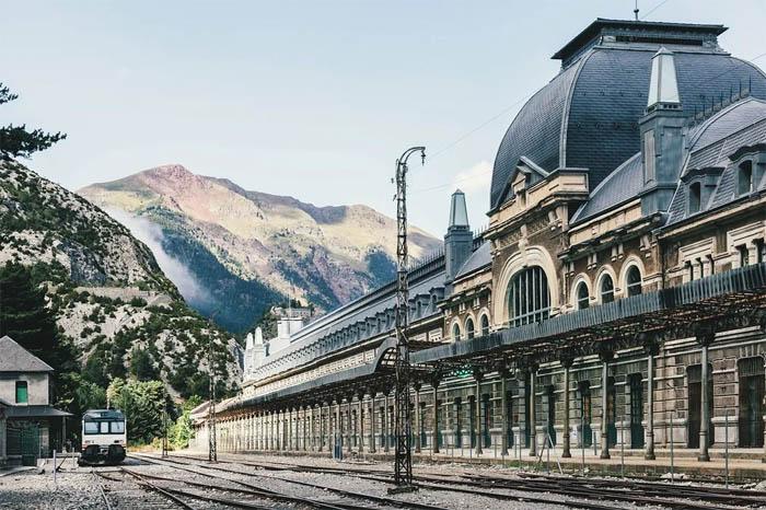 Вокзал Канфранк в Испании уже 50 лет не функционирует, но остается памятником архитектуры и истории