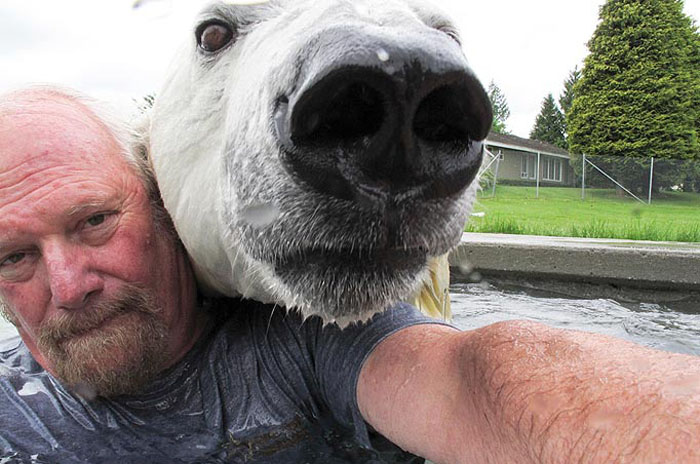 Марк и его подопечная любят играть и купаться вместе