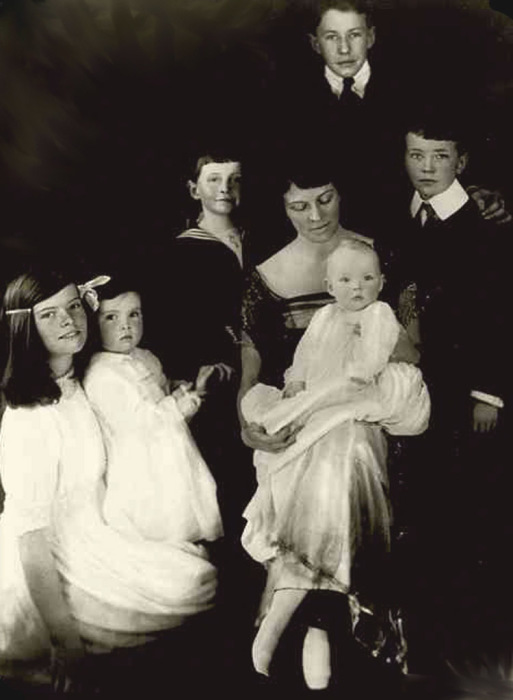 Кэтрин Марта Хотон Хепбёрн со своими детьми: юная Кэтрин слева, 1920-е годы
