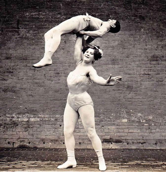 Великая Сандвина поднимает мужа над головой