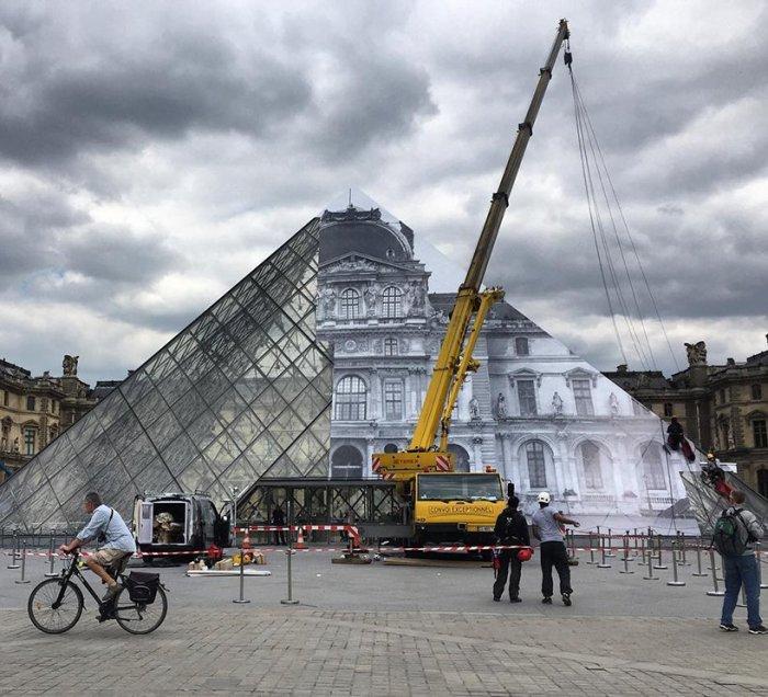 Печатный коллаж скрывает пирамиду. Как и любой анаморфоз, иллюзия идеальна только в одной точке.