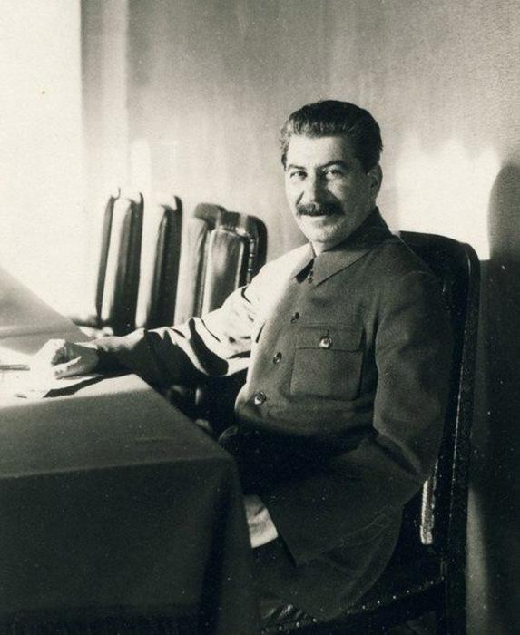 Это одна из немногих фотографий, на которой Сталин улыбается