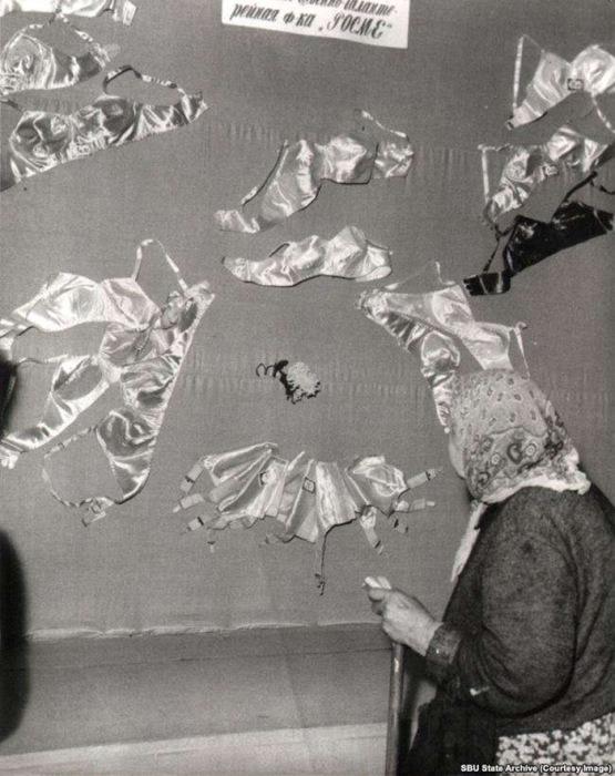 Женщина рассматривает витрину нижнего белья в Одессе