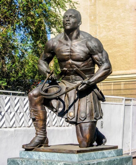 Памятник русскому Самсону Александру Зассу в Оренбурге