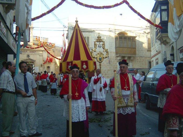 Торжественная процессия с символами папской власти