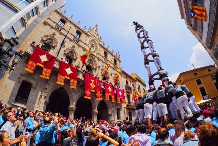 Пирамиды из людей – это часть традиционного праздника в Испании