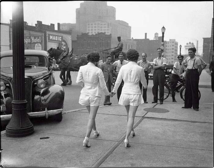 Девушки в шортах в 1937 году вызвали на улице настоящее столпотворение (Торонто)
