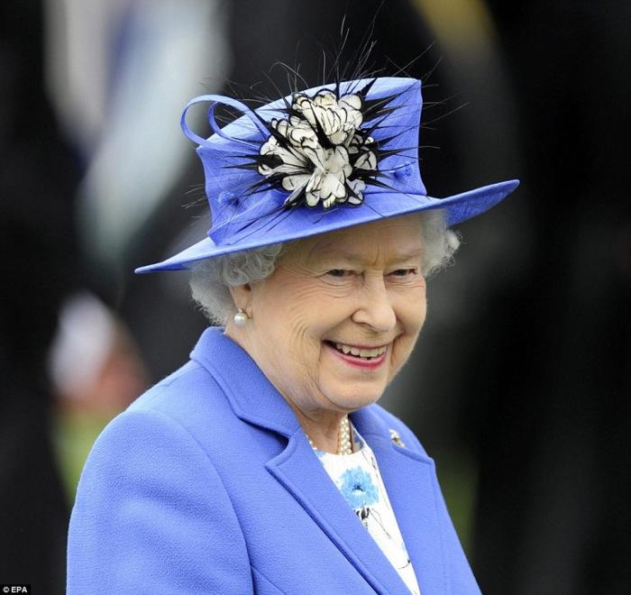 Королева обязана носить головные уборы во время официальных мероприятий на открытом воздухе